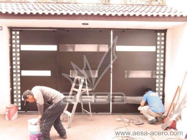 1050-117VG-porton-minimalista-vidrios-rectangulos-anchos-cuadricula-lateral-instalacion