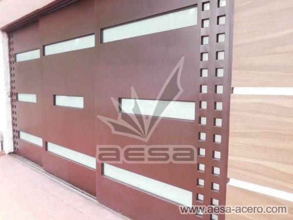 1050-117VG-porton-minimalista-vidrios-rectangulos-anchos-cuadricula-lateral-tres-hojas-corredizas