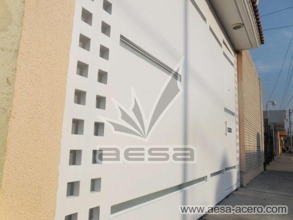 1090-117VG-porton-minimalista-vidrios-rectangulos-angostos-cuadricula-lateral-detalle-cuadros