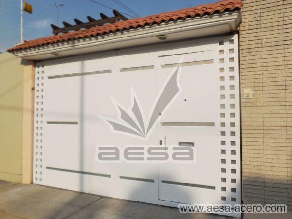 1090-117VG-porton-minimalista-vidrios-rectangulos-angostos-cuadricula-lateral-fachada