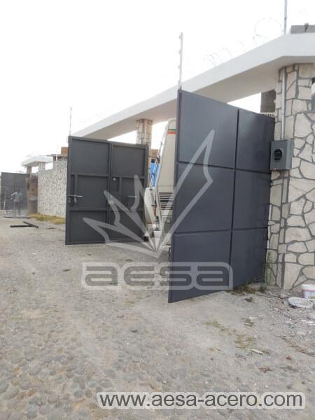 1100-593-porton-moderno-rectangulos-cuadros-relieve-salidos-acabado-lateral-en-instalacion