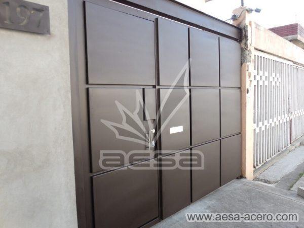 1160-593-porton-moderno-minimalista-rectangulos-relieve-salidos-viga-superior-puerta-integrada