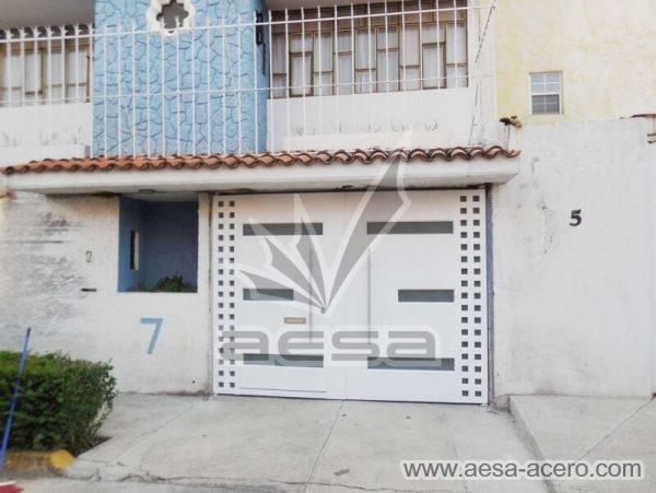 1170-117VG-porton-minimalista-vidrios-rectangulares-anchos-cuadricula-lateral-fachada