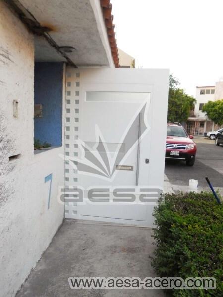 1170-117VG-porton-minimalista-vidrios-rectangulares-anchos-cuadricula-lateral-puerta-disimulada