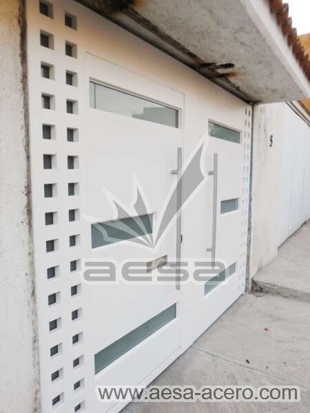 1170-117VG-porton-minimalista-vidrios-rectangulares-anchos-cuadricula-lateral-puerta-integrada