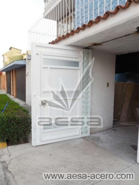 1170-117VG-porton-minimalista-vidrios-rectangulares-anchos-cuadricula-lateral-puerta-por-dentro