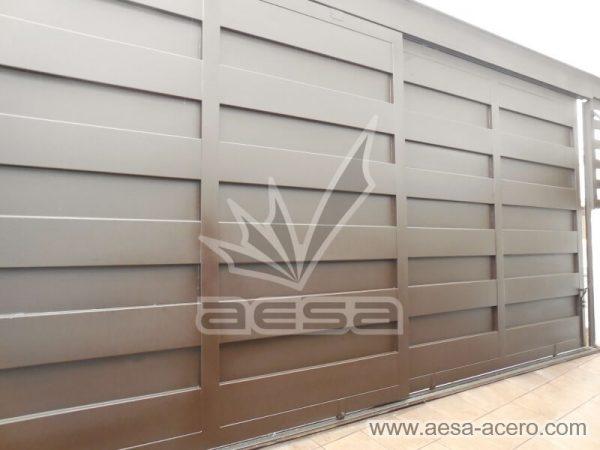 1180-599-porton-minimalista-paneles-rectangulares-viga-superior-corredizo-dos-hojas
