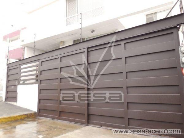 1180-599-porton-minimalista-paneles-rectangulares-viga-superior-fachada