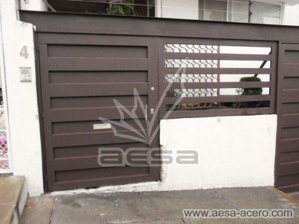 1180-599-porton-minimalista-paneles-rectangulares-viga-superior-puerta-peatonal