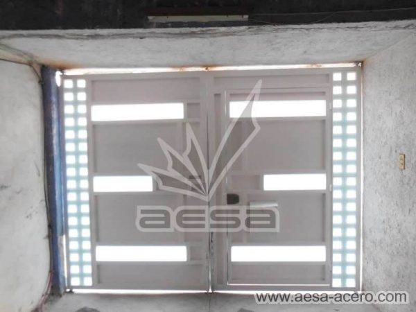1190-117VG-porton-minimalista-vidrios-rectangulares-anchos-cuadricula-lateral-vista-interior