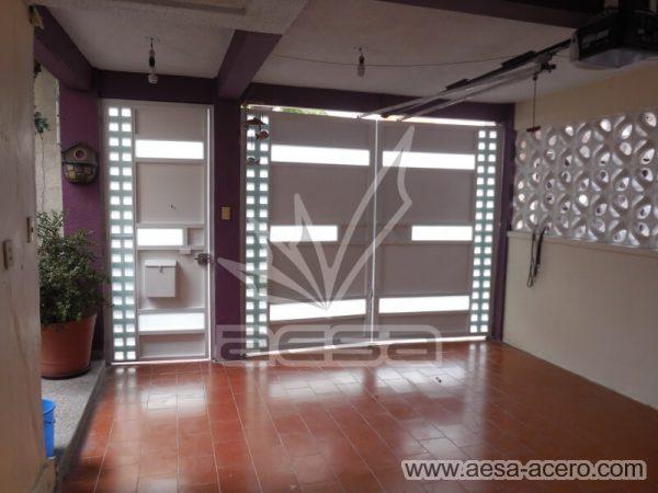1190-117VG-porton-minimalista-vidrios-rectangulos-anchos-cuadricula-lado-puerta-porton-por-dentro
