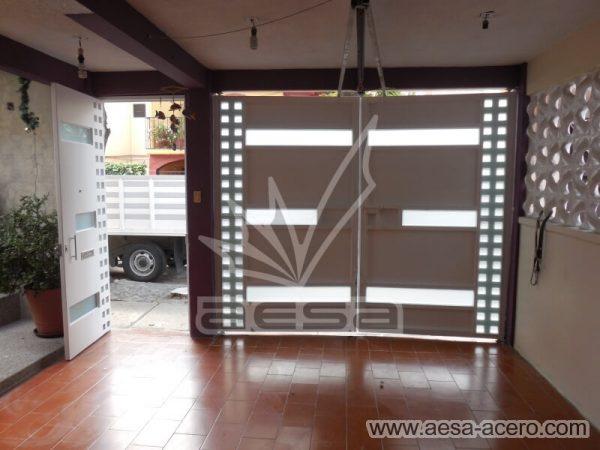 1190-117VG-porton-minimalista-vidrios-rectangulos-anchos-cuadricula-lado-vista-interior-automatico