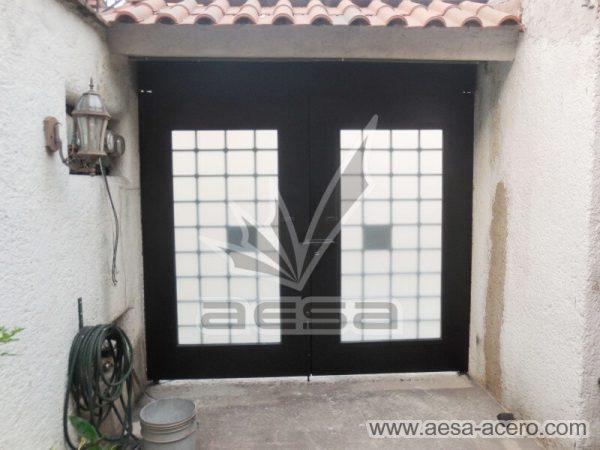 1220-511-porton-cuadricula-tubos-nudos-vidrio-chapetones-fachada-abatible-por-dentro