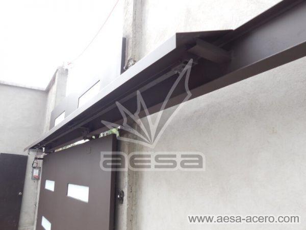 1230-512-porton-minimalista-vidrios-rectangulos-moderno-fijo-superior-detalle-viga