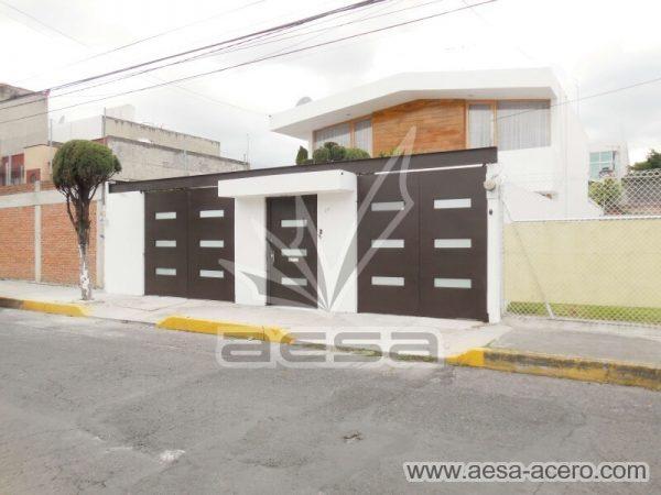 1280-512-porton-minimalista-vidrios-rectangulares-moderno-viga-superior-fachada