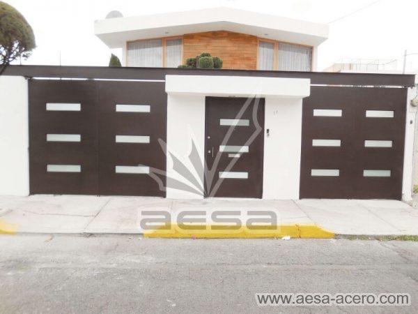 1280-512-porton-minimalista-vidrios-rectangulares-moderno-viga-superior-juego-con-puerta-en-medio