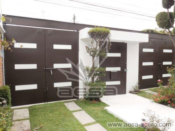 1280-512-porton-minimalista-vidrios-rectangulares-moderno-viga-superior-vista-interior