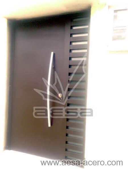 0022-116-puerta-minimalista-rejilla-lateral-vidrio-jaladera-curva-herreria-moderna