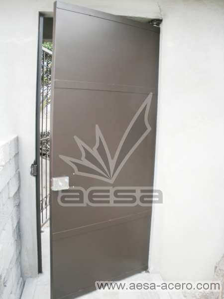 0120-2184-puerta-lisa-chapetones-remaches-seguridad-herreria
