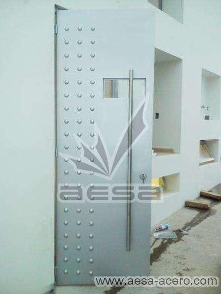 0160-2243-puerta-lisa-remaches-herreria-seguridad-moderna-servicio