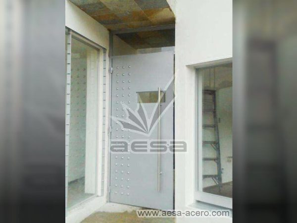 0170-2243-puerta-principal-lisa-remaches-seguridad-acero-cerrada
