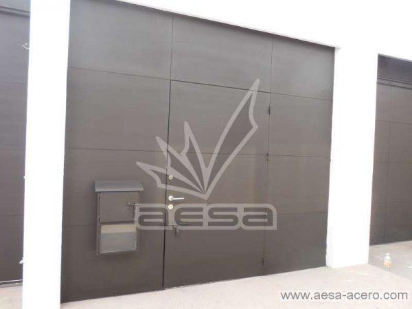 0240-5813-puerta-lisa-entrecalle-seguridad-herreria-residencial-minimalista