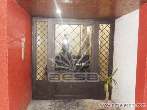 0280-2152-puerta-principal-rombos-cuadricula-nudos-vidrio-herreria-clasica-chocolate