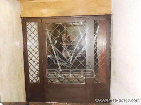 0280-2152-puerta-principal-rombos-cuadricula-nudos-vidrio-herreria-clasica-fijos-laterales