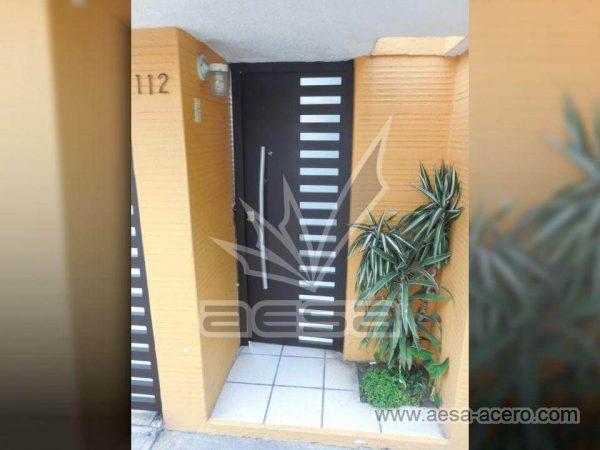 040-116-puerta-peatonal-moderna-minimalista-rejilla-lateral-vidrio-jaladera-curva-echegaray-naucalpa