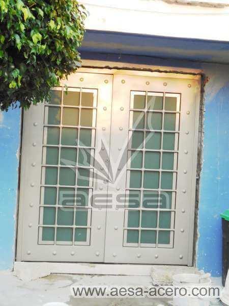 0400-511-puerta-residencial-cuadricula-nudos-forja-remaches-vidrio-doble-hoja-moderna