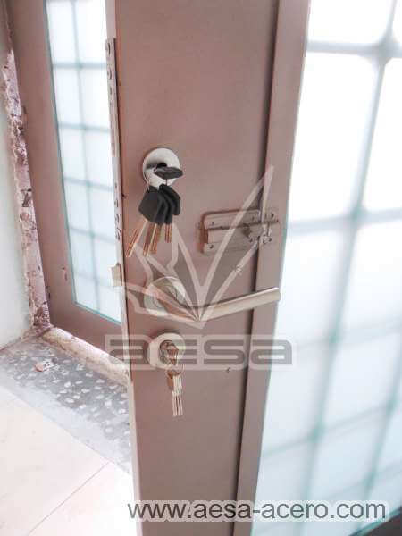 0400-511-puerta-residencial-cuadricula-nudos-forja-remaches-vidrio-luz-seguridad
