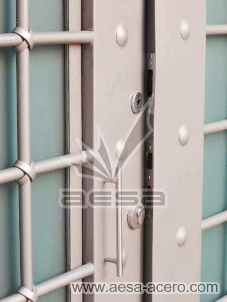 0400-511-puerta-residencial-cuadricula-nudos-forja-remaches-vidrio-seguridad-acero