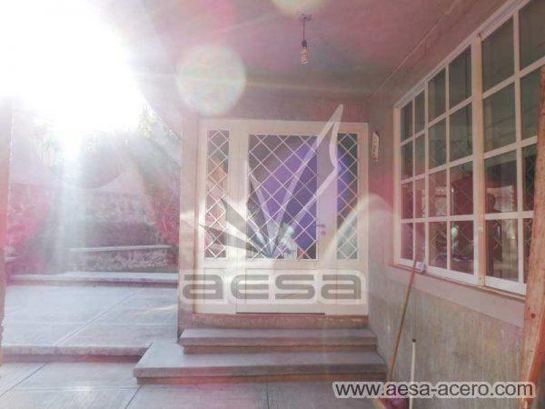 0420-2152-puerta-principal-rombos-cuadricula-nudos-vidrio-fijos-laterales-blanca-residencial