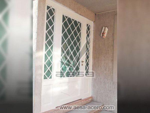 0420-2152-puerta-principal-rombos-cuadricula-nudos-vidrio-fijos-laterales-blanca-residencial-metalica
