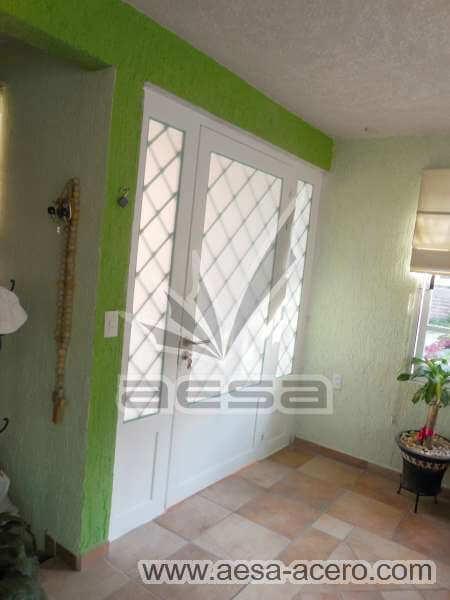0420-2152-puerta-principal-rombos-cuadricula-nudos-vidrio-fijos-laterales-blanca-residencial-seguridad