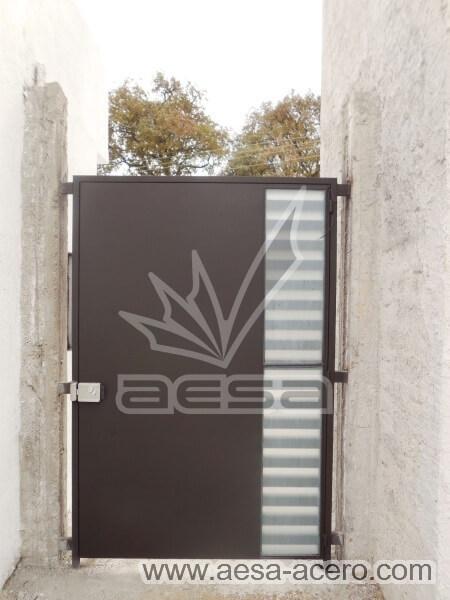 0490-116-puerta-minimalista-rejilla-lateral-vidrio-jaladera-curva-chapa-electrica