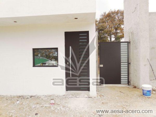 0490-116-puerta-minimalista-rejilla-lateral-vidrio-jaladera-curva-herreria-fina-seguridad-metal-acero