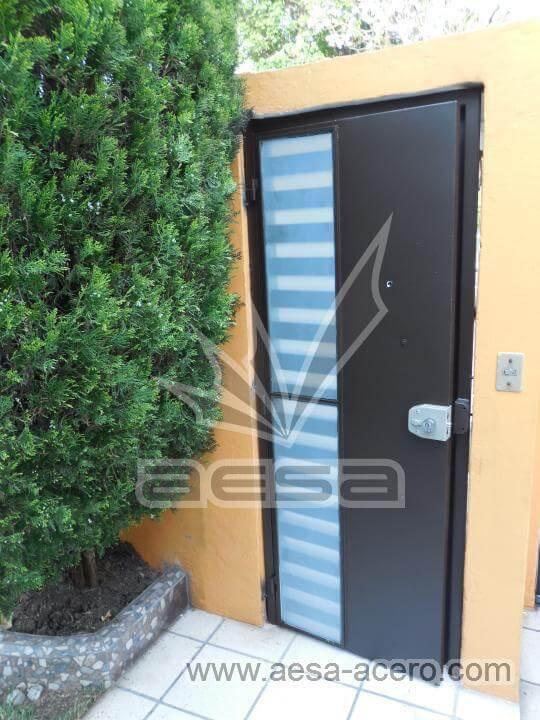050-116-puerta-peatonal-moderna-minimalista-rejilla-lateral-vidrio-jaladera-curva-echegaray-naucalpa