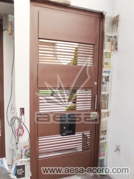 0500-5833-puerta-moderna-lisa-rejilla-seguridad-residencial-minimalista