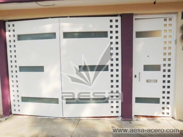 0520-117VG-puerta-minimalista-vidrios-rectangulares-cuadricula-lateral-blanca-juego-porton