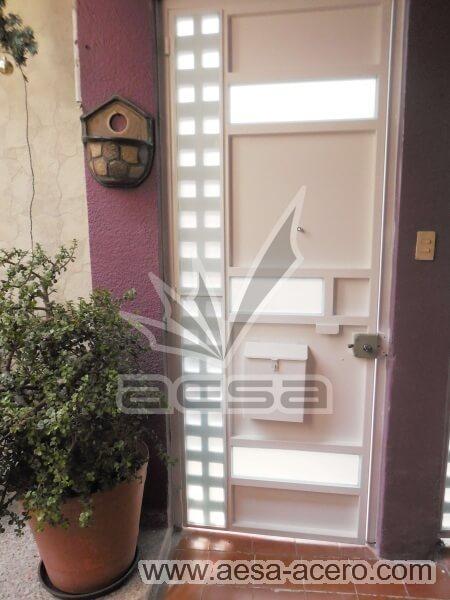 0520-117VG-puerta-minimalista-vidrios-rectangulares-cuadricula-lateral-blanca