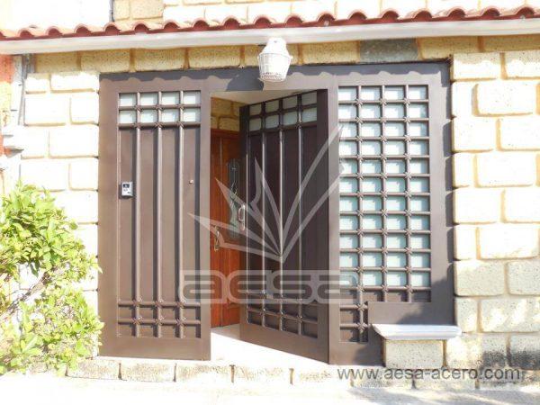 070-5614-puerta-herreria-marco-ancho-cuadricula-tubo-grueso-nudos-vidrio-instalacion-cdmx-chocolate