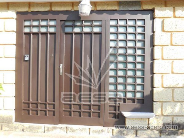 080-5614-puerta-herreria-marco-ancho-cuadricula-tubo-grueso-nudos-vidrio-instalacion-cdmx-permite-lu